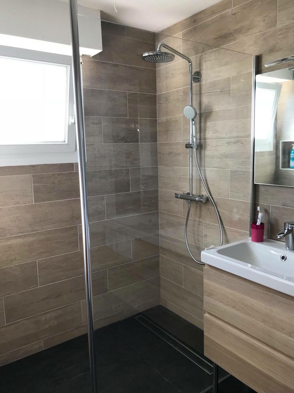 salle de bain compl te naturelle avec fa ence imitation bois et douche l 39 italienne