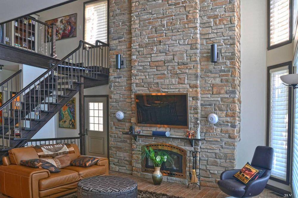 Mur de pierre et t l vision au salon d coration d co maison mur en pierre deco mur - Deco mur de brique salon ...