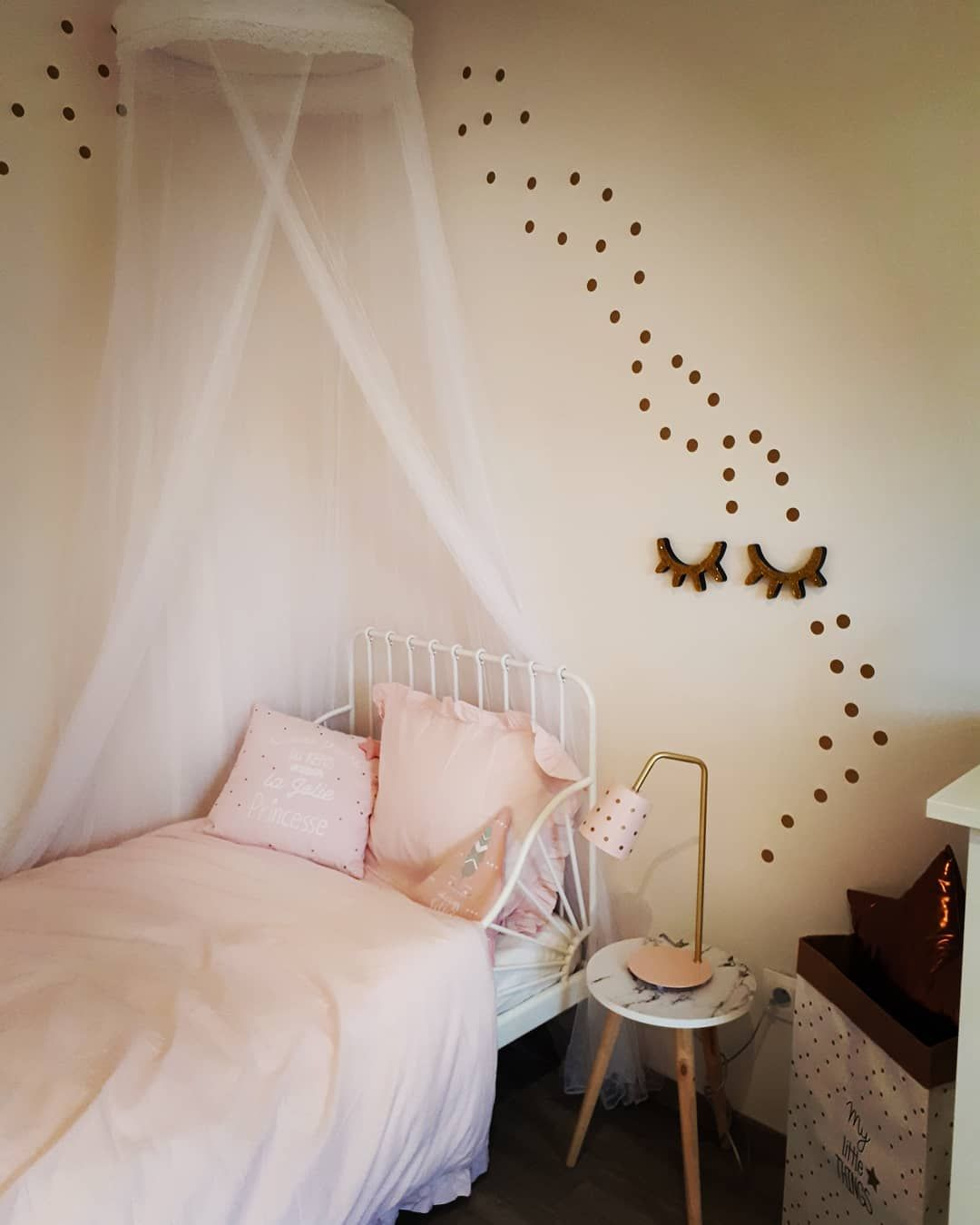 J ai rajouté au mur des petits stickers doré rond 😍 ______