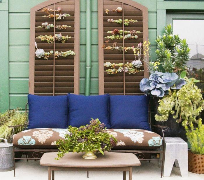 Pflegeleichter Garten ein Sofa in blauer Farbe, Hauswurzen - pflegeleichter garten modern