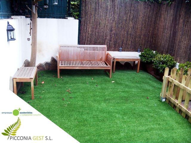 Jardín en vivienda adosada de Tacoronte. Vallado de mimbre + césped artificial. Picconia
