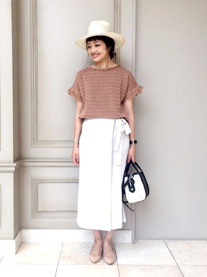 ベージュトーンのヌーディーなニュアンスカラーで女子度UP! フリンジデザインがトレンドライクな印象のサマーニットには、  とろみのある巻きスカート風のワイドパンツを合わせて女っぽく着るのがおすすめ。