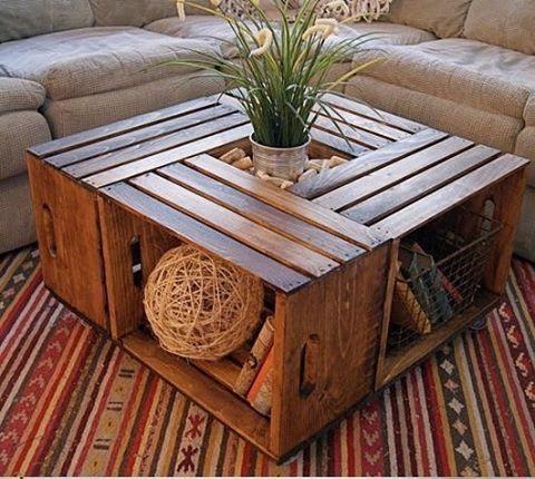 Mesa de centro feita com caixotes.