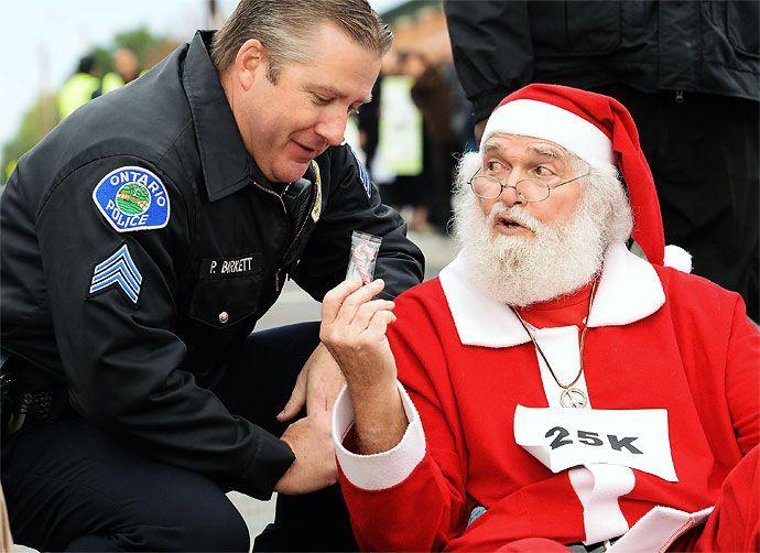 Un policía de Ontario, California, arrestó a un abuelo que vestido de Papá Noel protestaba en una intersección de la localidad.