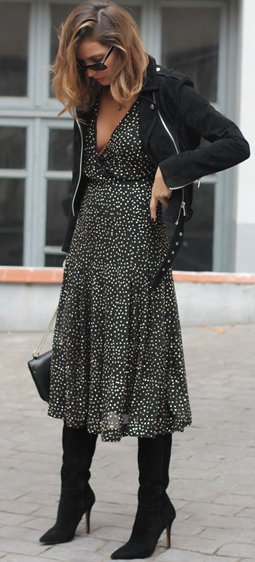 Photo of Elsker en kjole i legglengde med vinterstøvler og en skinnjakkejakke. Dette utseendet …