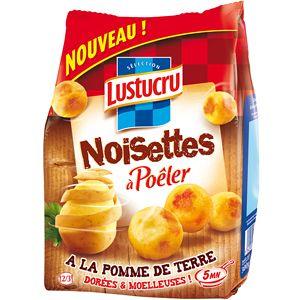 """Les noisettes à poêler de Lustucru sont une déclinaison de la pomme noisette en version fraiche, elle possèdent un packaging primaire qui est un mix de tradition et d'innovation. L'innovation est présente avec le mot """"nouveau"""", et le nom """"noisettes à a poêler"""", tandis que la tradition l'est avec la pomme de terre à moitié épluchée et la couleur marron en fond. Comme pour beaucoup de produits alimentaires, il y a un design """"gustatif"""" (pommes de terres). La couleur rouge assure l'impact…"""