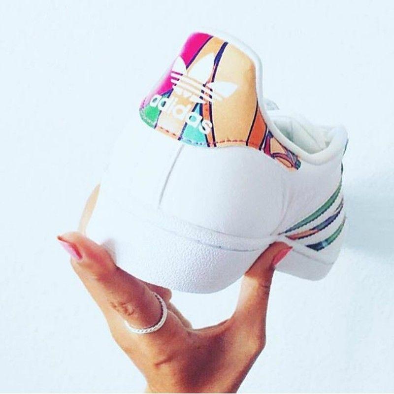 779b2616916 pies de mujer con tenis adidas superstar blanco. 20 Diferentes estilos de  Adidas que todas las chicas nos morimos por tener Only Shoes