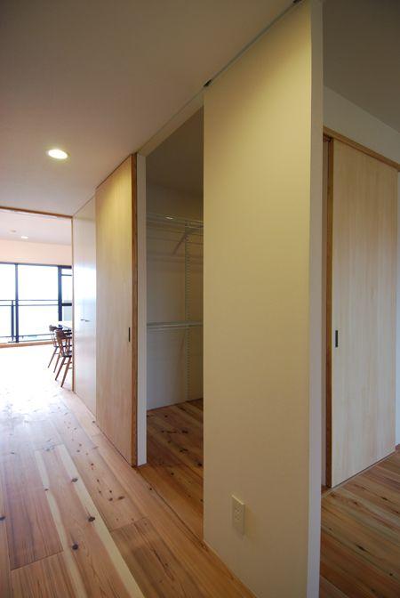 天井埋め込みレールで天井いっぱいに設けた引き戸 木のマンション