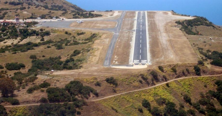 O aeroporto particular de Catalina, na Califórnia, EUA, está aberto para a aviação comercial, mas só os  pilotos mais experientes se aventuram a enfrentar a pista curta que termina num barranco