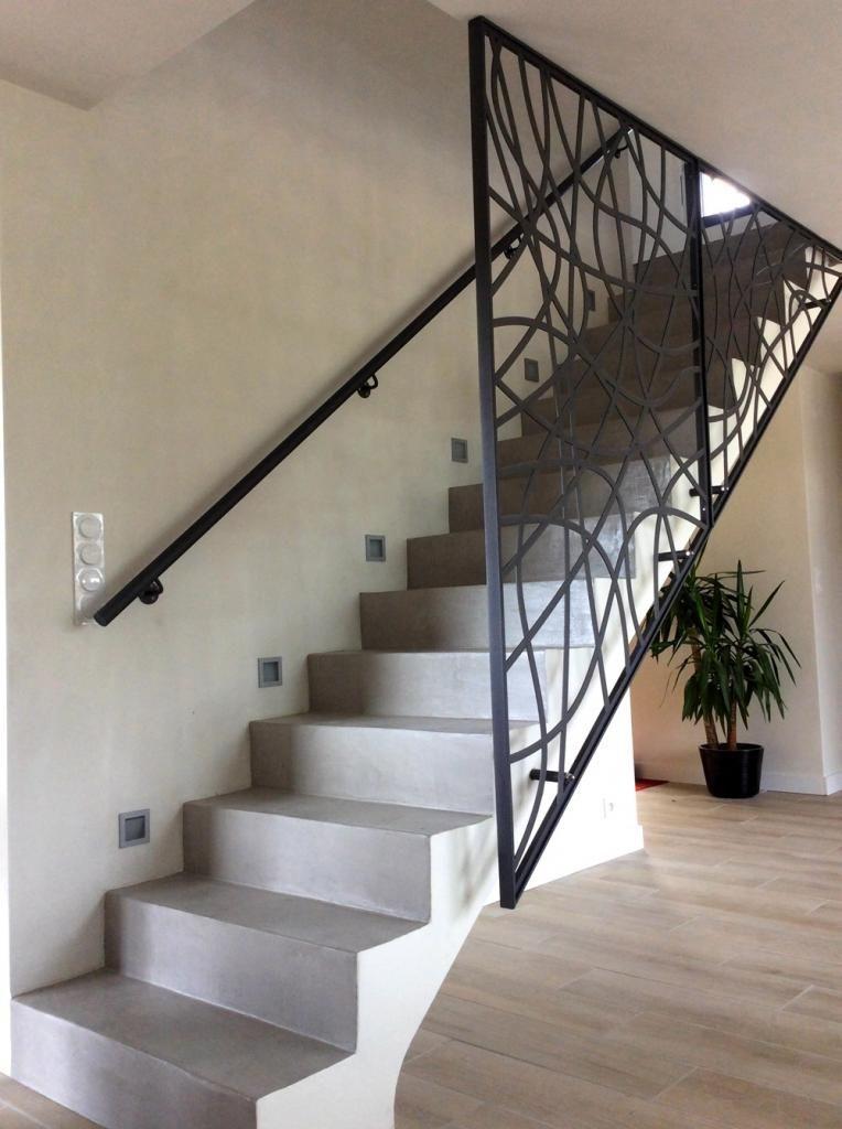 escalier droit en b ton avec garde corps design en m tal. Black Bedroom Furniture Sets. Home Design Ideas