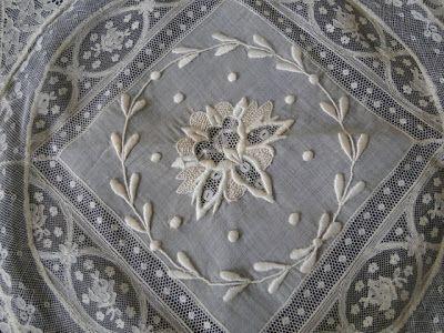 Detail normandische kant met borduurwerk
