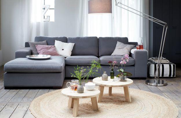 Mooie grijze bank gecombineerd met lichte houtkleur for Scandinavisch design bank
