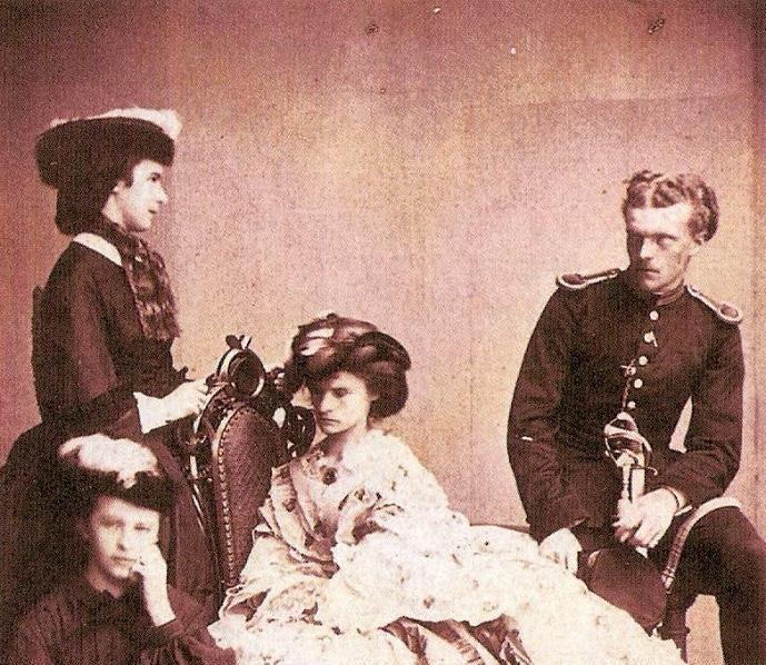 Elisabetta con i fratelli Sophie Charlotte, Helene e Karl ...