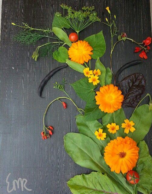 Lite kreativitet i dag..., kurbits av trädgårdens blommor,  mycket roligare än att städa växthuset men det blev också gjort så småningom.... :0)