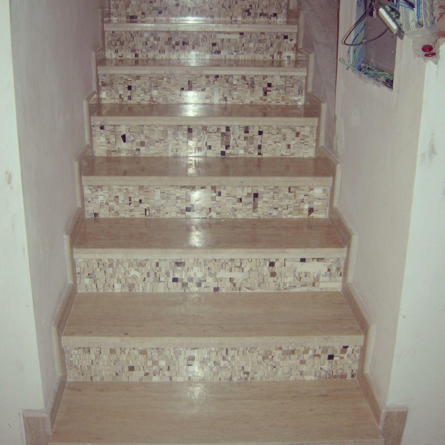 Escalera revestida con travertino y mosaico de m rmol for Marmol travertino gris