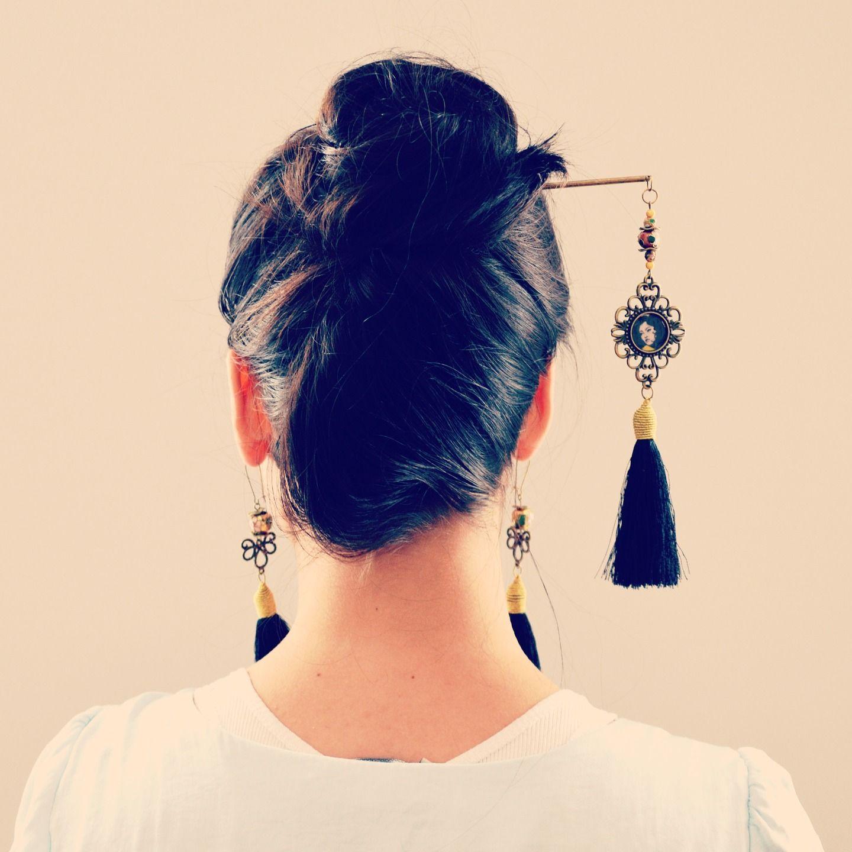 Pic à cheveux japonais métal bronze, pompon noir et cabochon illustré.   Accessoires coiffure