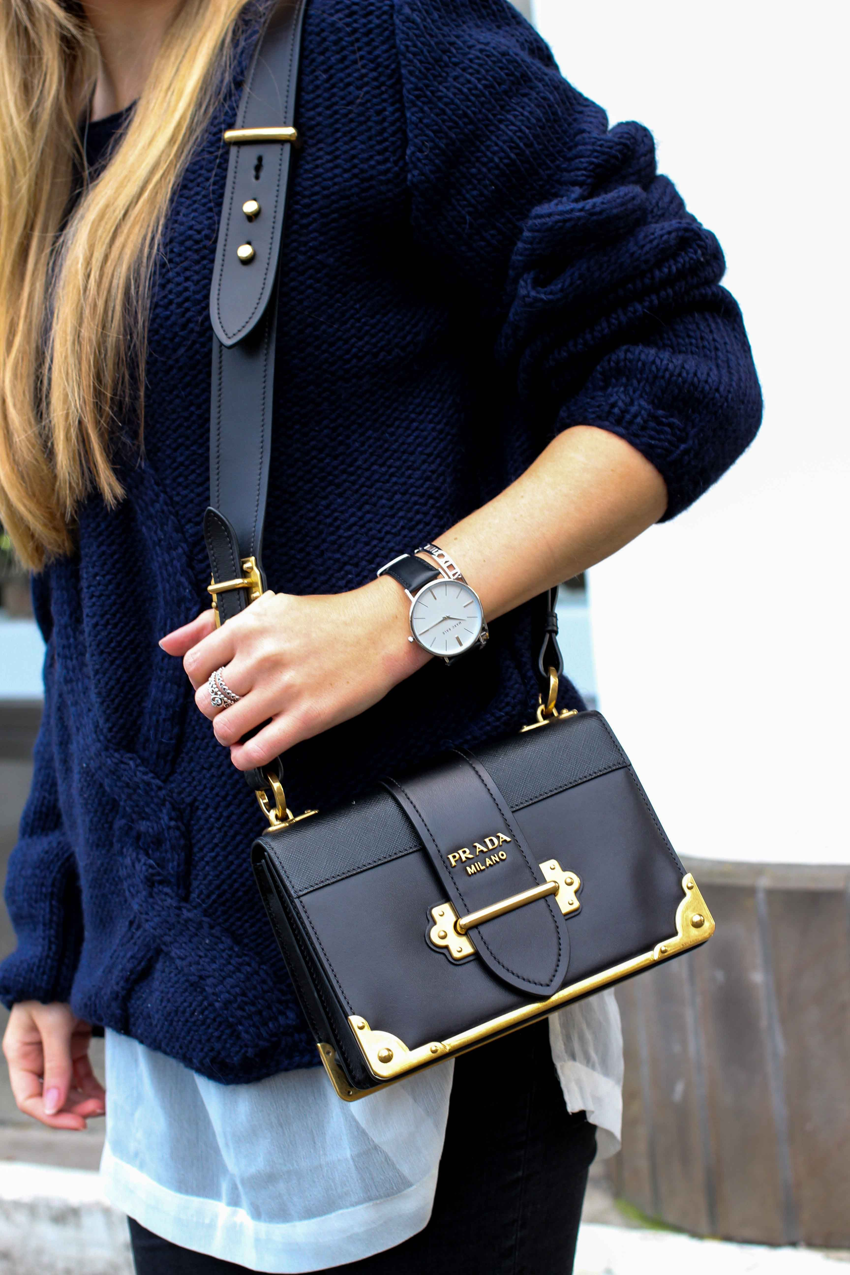 007c70287c7250 Streetstyle Wollpullover mit Cut-Outs Zopfmuster Prada Cahier Bag Outfit  Blog 3