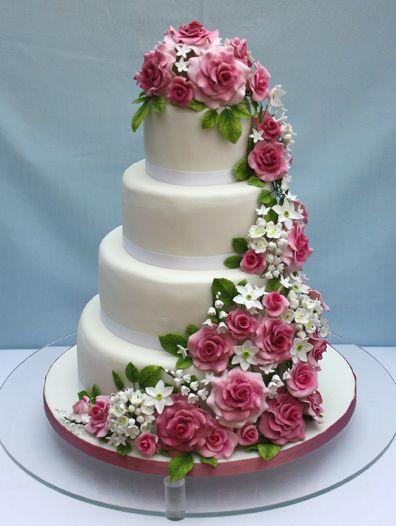 Eine Wunderschone Hochzeitstorte Verziert Mit Opulenten Rosen