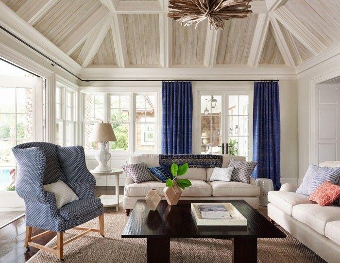 einrichtungsideen im wohnzimmer blaue gardinen und helle zimmerdecke - Gardinen Landhausstil Wohnzimmer
