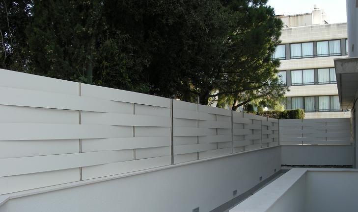 Valla de compacto fenolico color blanco vallas de - Ocultacion vallas jardin ...