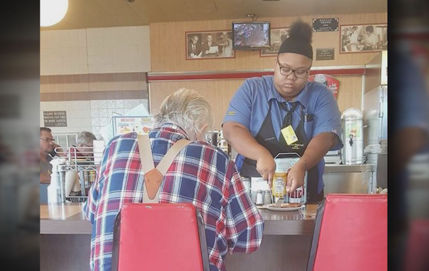 It Was A Moment Captured In Time That S Also Captured The Attention Of Thousands On Facebook And That Sweet Gesture Waffle House Heartwarming Photos Waitress