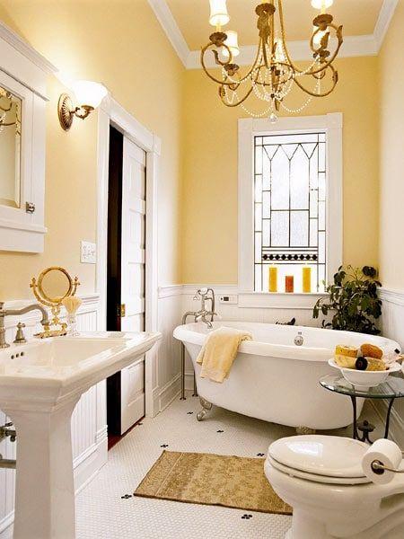 salle de bain de charme jaune et blanche avec baignoire et lavabo ...