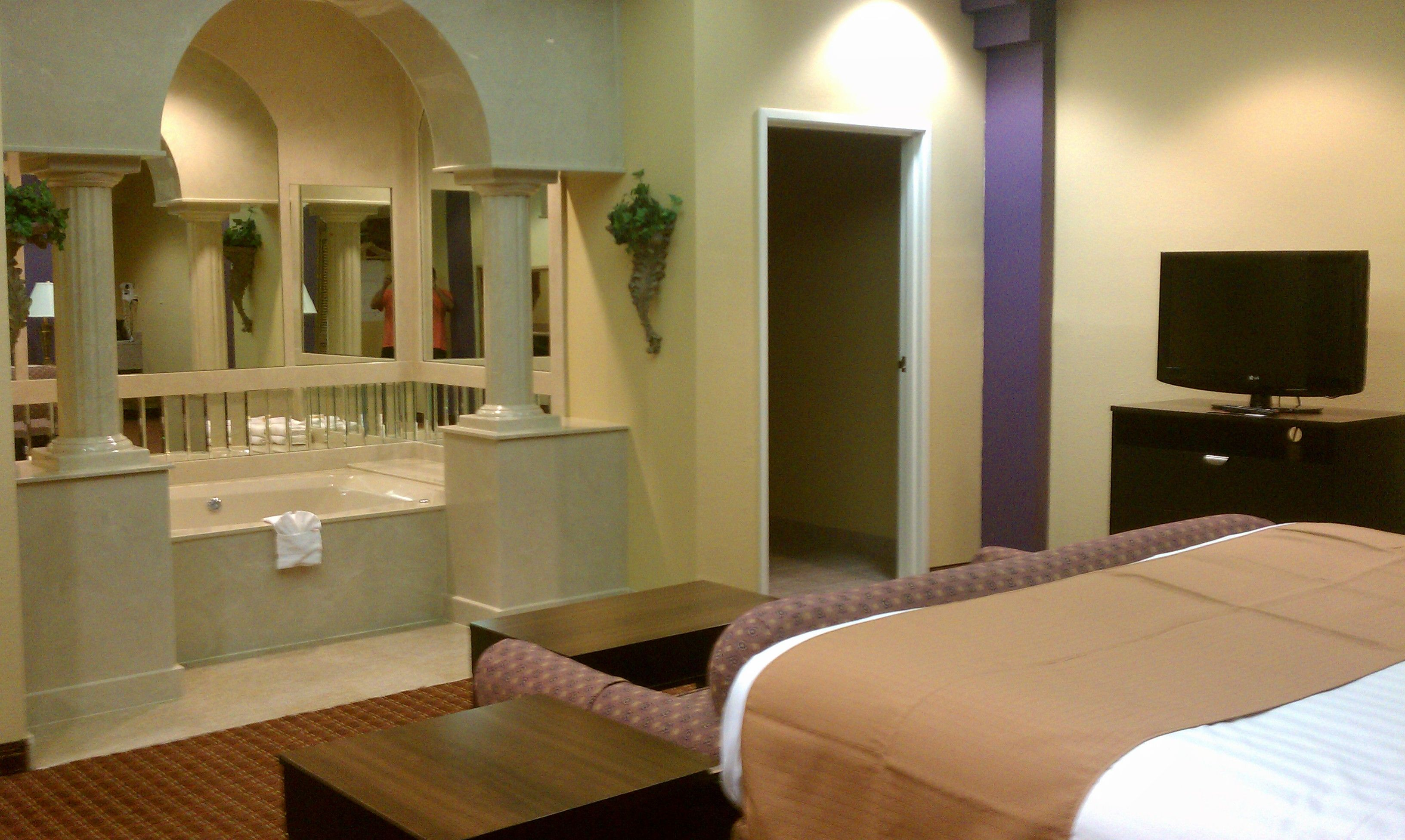 Jacuzzi Suite | Vista Inn & Suites - Warner Robins, GA | Pinterest ...