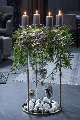Für die bereits bekannten runden Leuchter CORONA gibt es den speziellen Ständer. Er ermöglicht einen variablen Einsatz in jedem Raum und erhöht den Objektcharakter der Kränze, vor allem in einen Foyer oder Eingangsbereich.  Maße: Maße: Ø 60 cm, Höhe 78 cm #kerstideeën