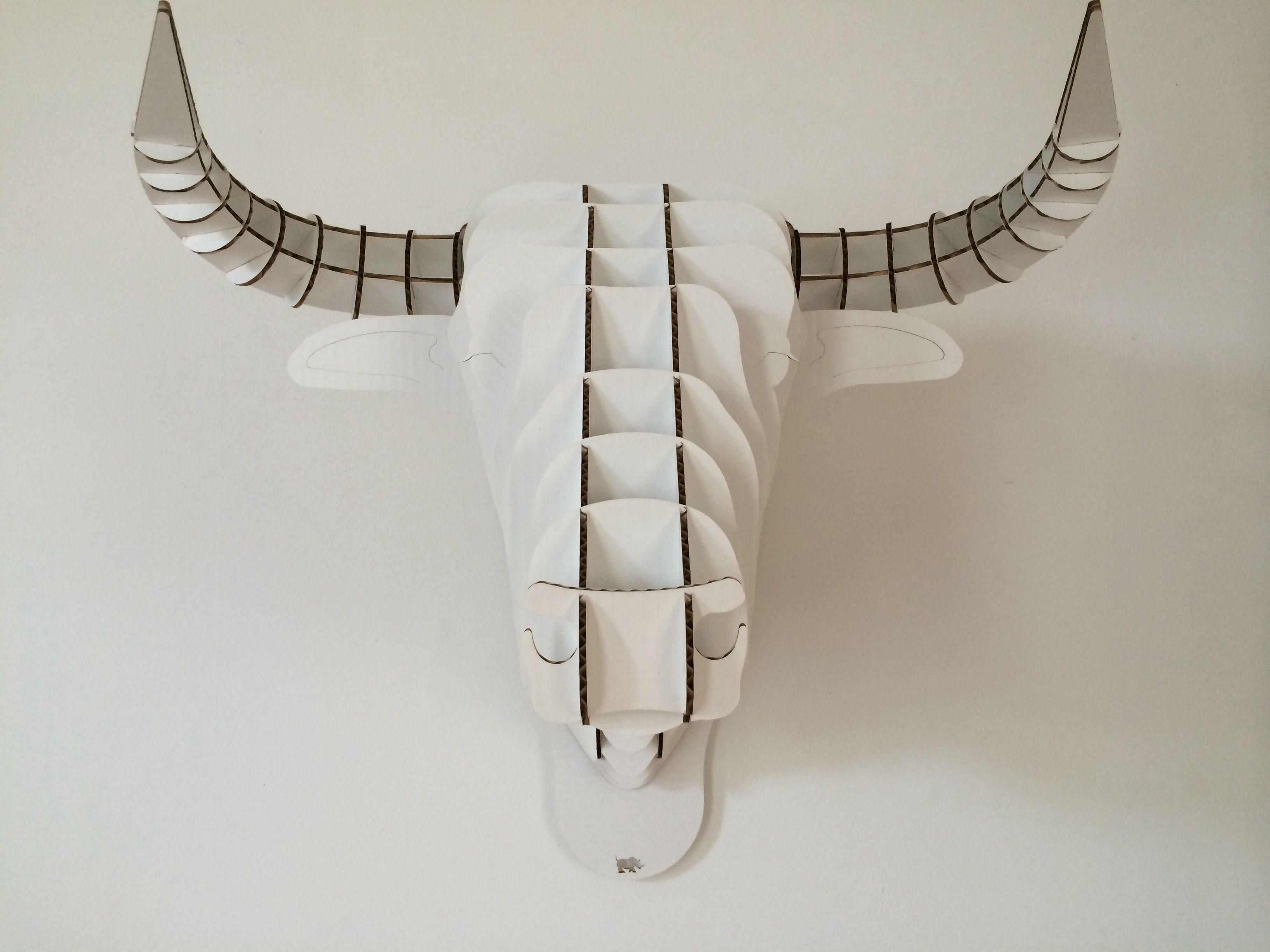 Elegant Stierenkop van karton aan de muur