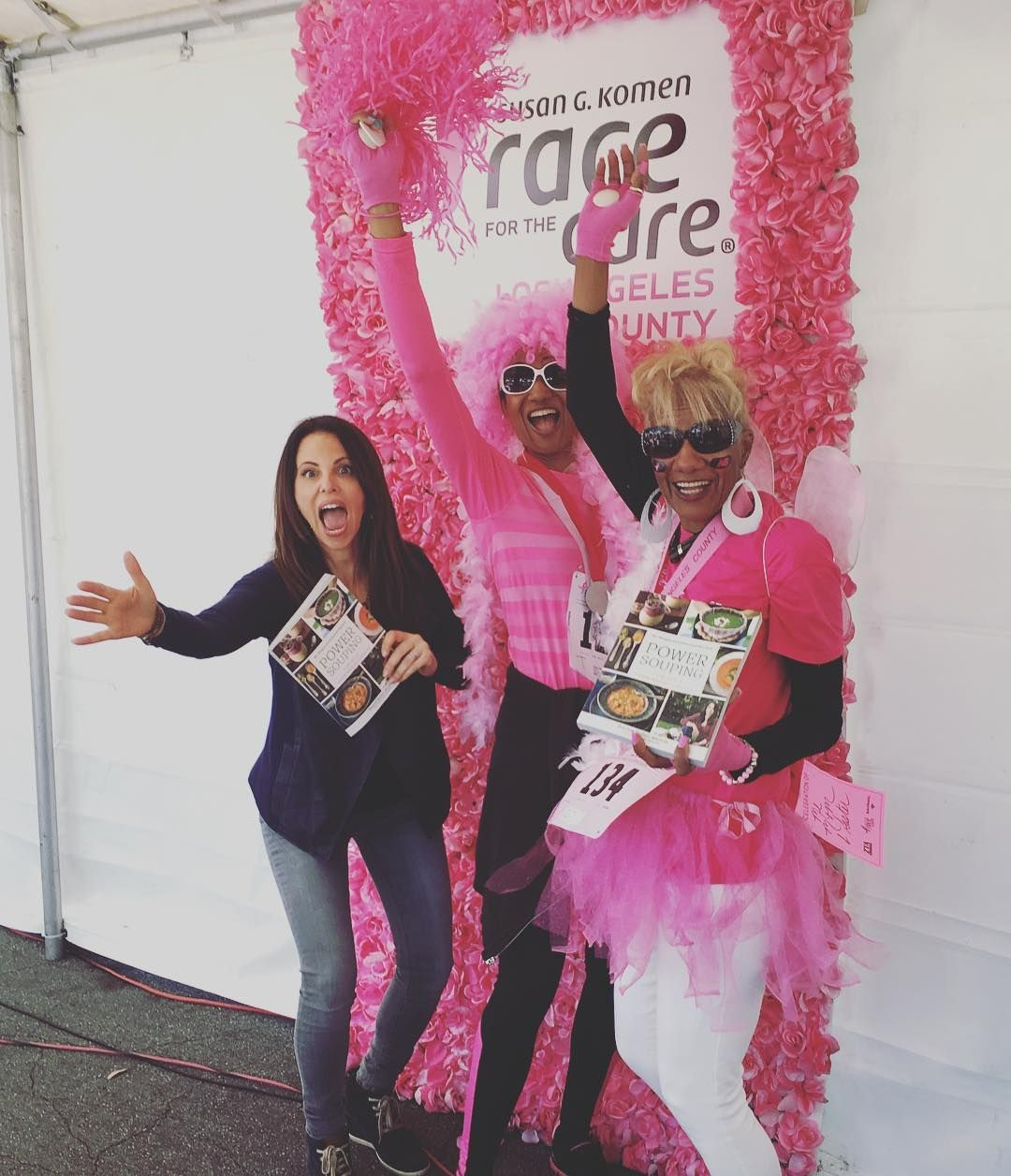 THINK BLUE: Excited to be out here with @susangkomen for #raceforthecure !!! Look at these survivors lovin my new book Power Souping!  #breastcancerawareness by rachelbellerrdn