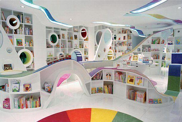 寢転んで本を読んじゃおう! 虹色の絵本屋さんで | ROOMIE(ルーミー) | インドアの運動場, 家で遊ぶ, 子供 ...