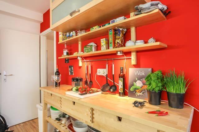 Küche in knalligem Rot in Berlin Mitte Wohnung in Berlin #Küche - küchenregal mit beleuchtung