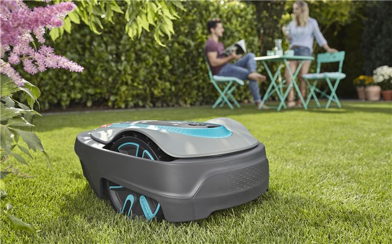Lawn Care Can Be So Easy And Effortless Even In Smaller Urban Gardens With Its Sensorcut Systems The Gardena Sileno City Mows Your L Gardena Mowing Backyard