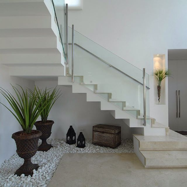Ideas decorar bajo la escalera con guijarros y plantas for Detalles para decorar jardines