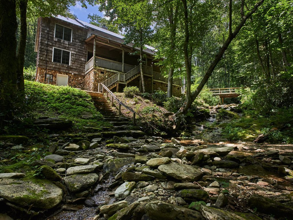 This much loved and enjoyed family retreat was constructed in 2004 but has the ambiance and charm of an old timey mountain lodge. Rustic wood interior, both indoor and outdoor woodburning stone fireplaces, vintage ...