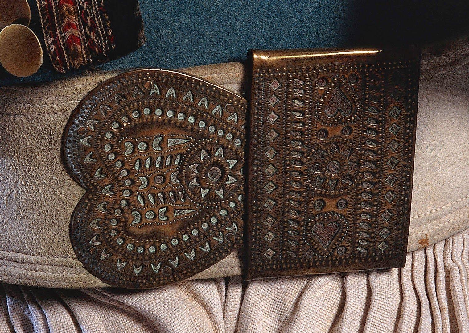 078213a9a2a4   Gouriz     boucle de ceinture en cuivre et cuir, qui soutenait le    bragoù-braz  , la grande culotte des paysans bretons - Costume masculin  breton de la ...