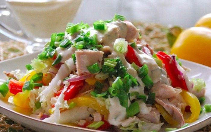 Pestrý salát s kuřecím masem. Osvěžující a lehký během horkých letních dnů, pokud se vám nechce vařit.