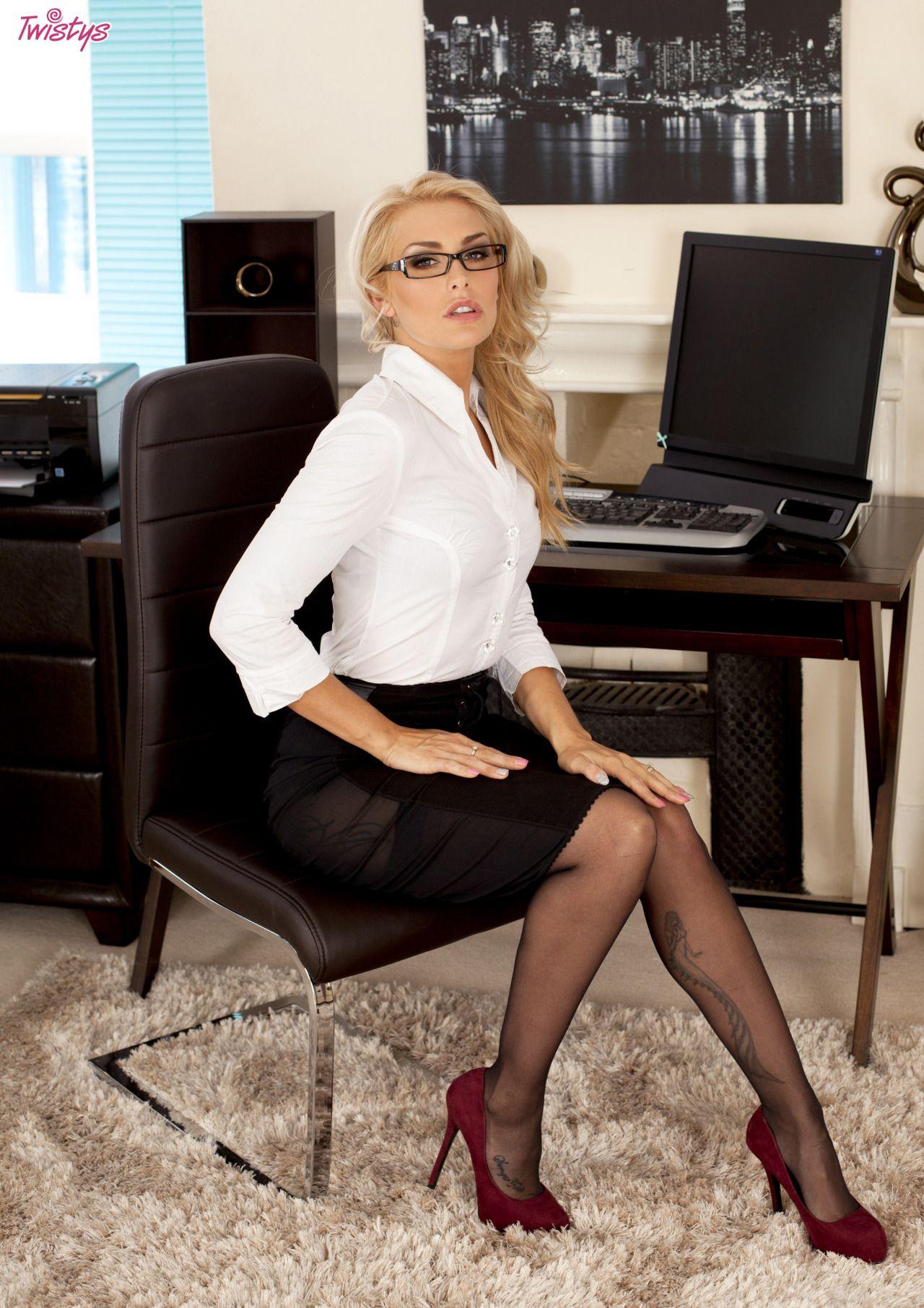 Cuban kakey and secretary office | Sex pics)