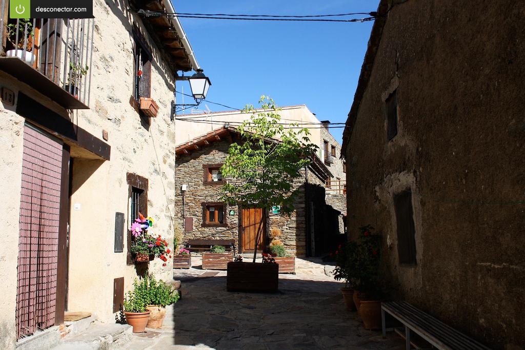 Este rinc n es una de las calles de la hiruela en el norte de madrid un pueblo de piedra con - Casas rurales en el norte de espana ...