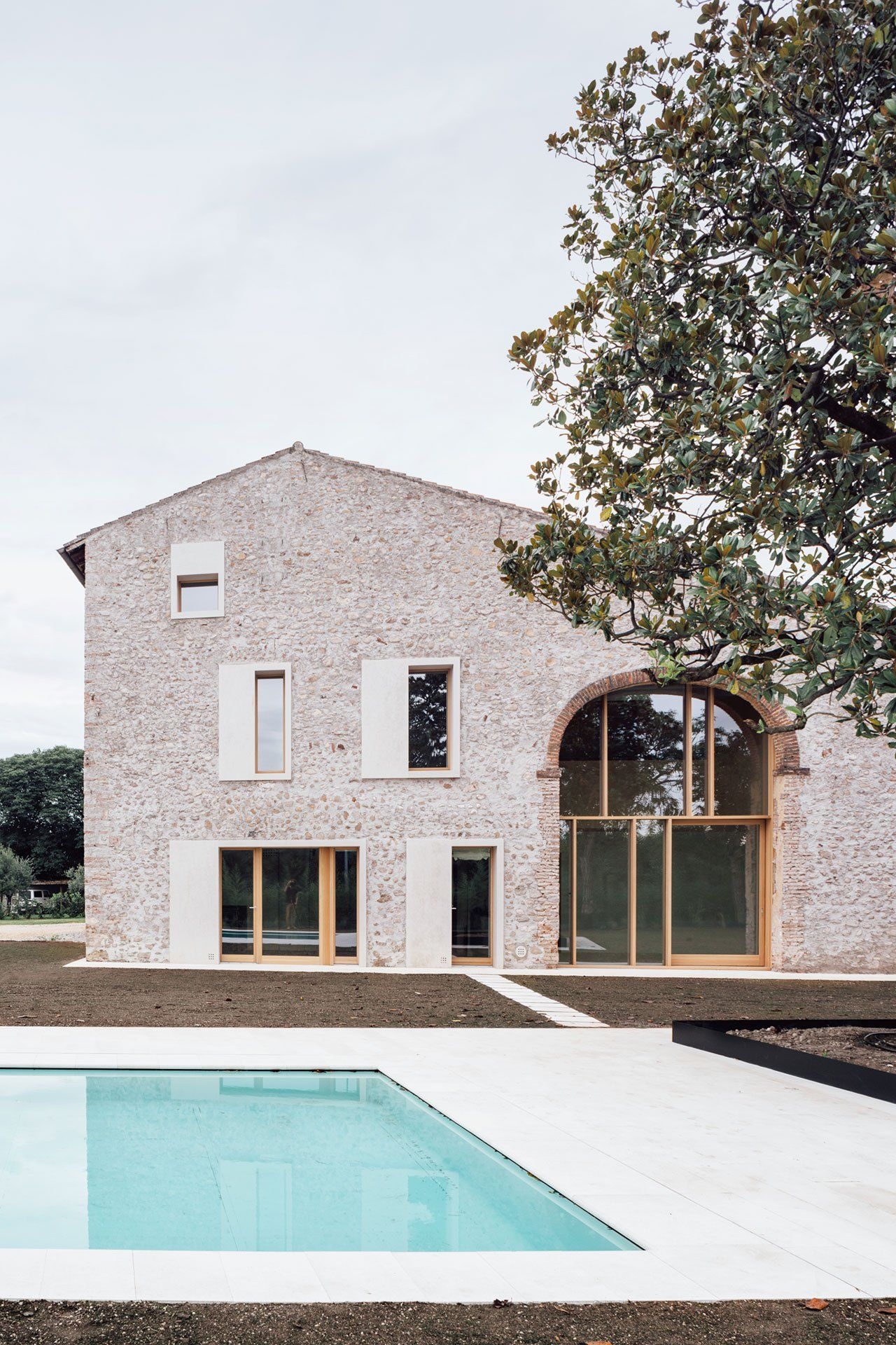 Photo by simone bossi also modern vernacular the austere elegance of  country house outside rh pinterest