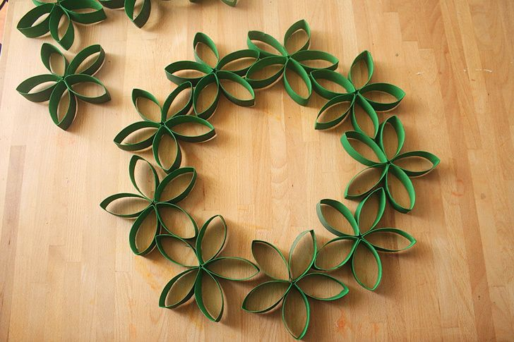 How to Make Paper Roll Christmas Wreath - DIY & Crafts - Handimania