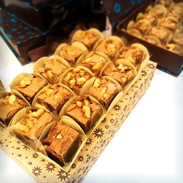 """Brownie - doce de chocolate típico da culinária dos Estados Unidos da América e pode considerar-se um biscoito feito num tabuleiro para bolos e partido em pequenos quadrados.Segundo o """"Larousse Gastronomique"""", primeira receita escrita de brownies apareceu no """"The Boston Cooking-School Cook Book"""", em 1896, mas eram biscoitos feitos com melaço; os brownies como os conhecemos hoje aparecem na edição de 1906 do mesmo livro. Foto by Missão Gastronômica in Adoro Brownie  Rua Gomes de Carvalho,116…"""