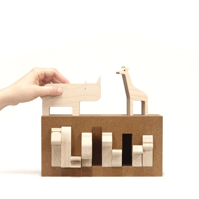 A box with one animated side that shows 10 animals peeking out of their regular geometry. Each animal finds its shelter in the box, creating a three-dimensional puzzle that explores the solid/void relationship.