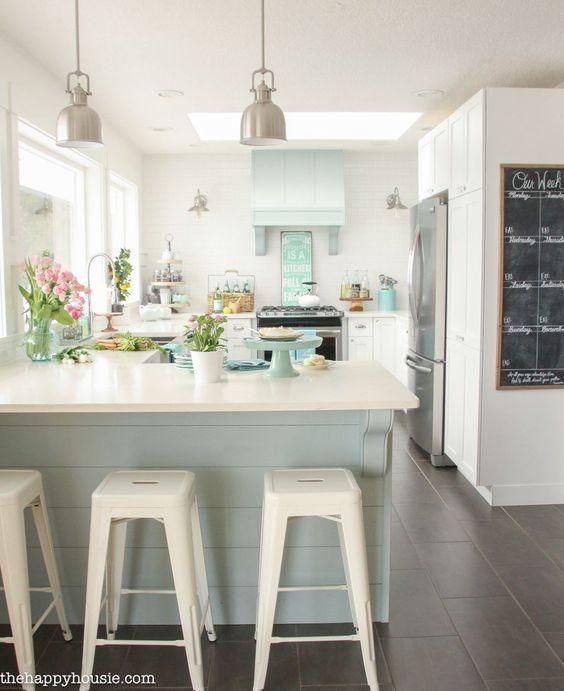 20 Charming Cottage Style Kitchen Decors: Beach Cottage Small Kitchen Design Idea... #cottage