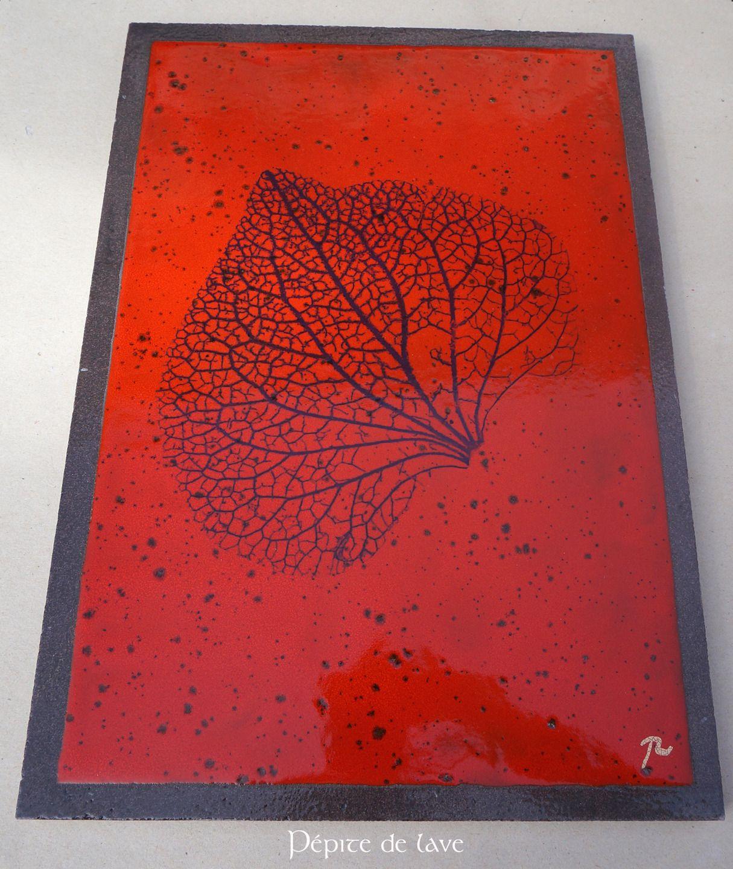 grand dessous de plat en lave maill e nervures de feuille rouge cuisine tables et rouge. Black Bedroom Furniture Sets. Home Design Ideas