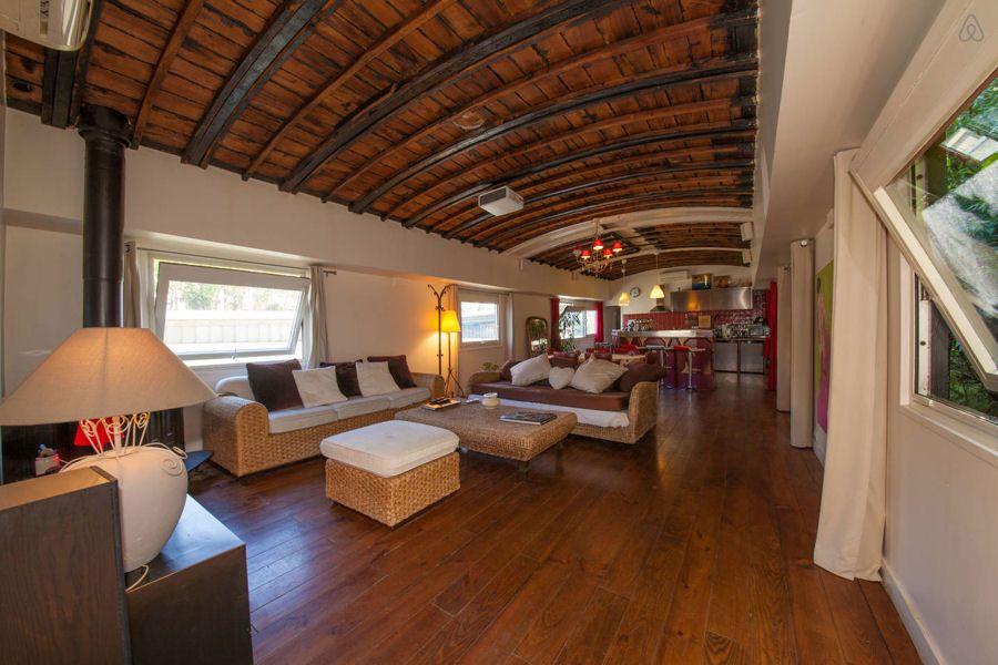 L'espace réception de 80 m² : Logements insolites : visitez ces appartements péniches au fil de l'eau - Linternaute
