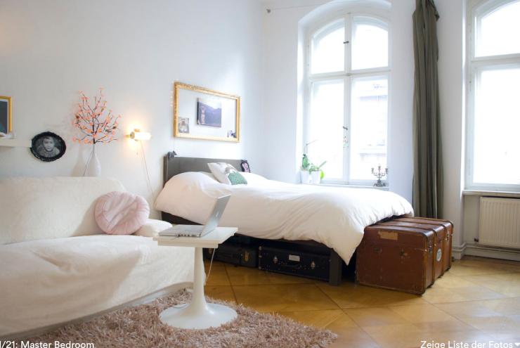 Superschöne Zimmer-Einrichtung: großes Bett mit Kleidertruhe, Sofa ...