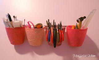 Aprenda a fazer um organizador de ferramentas e materiais com canecas e jarras: