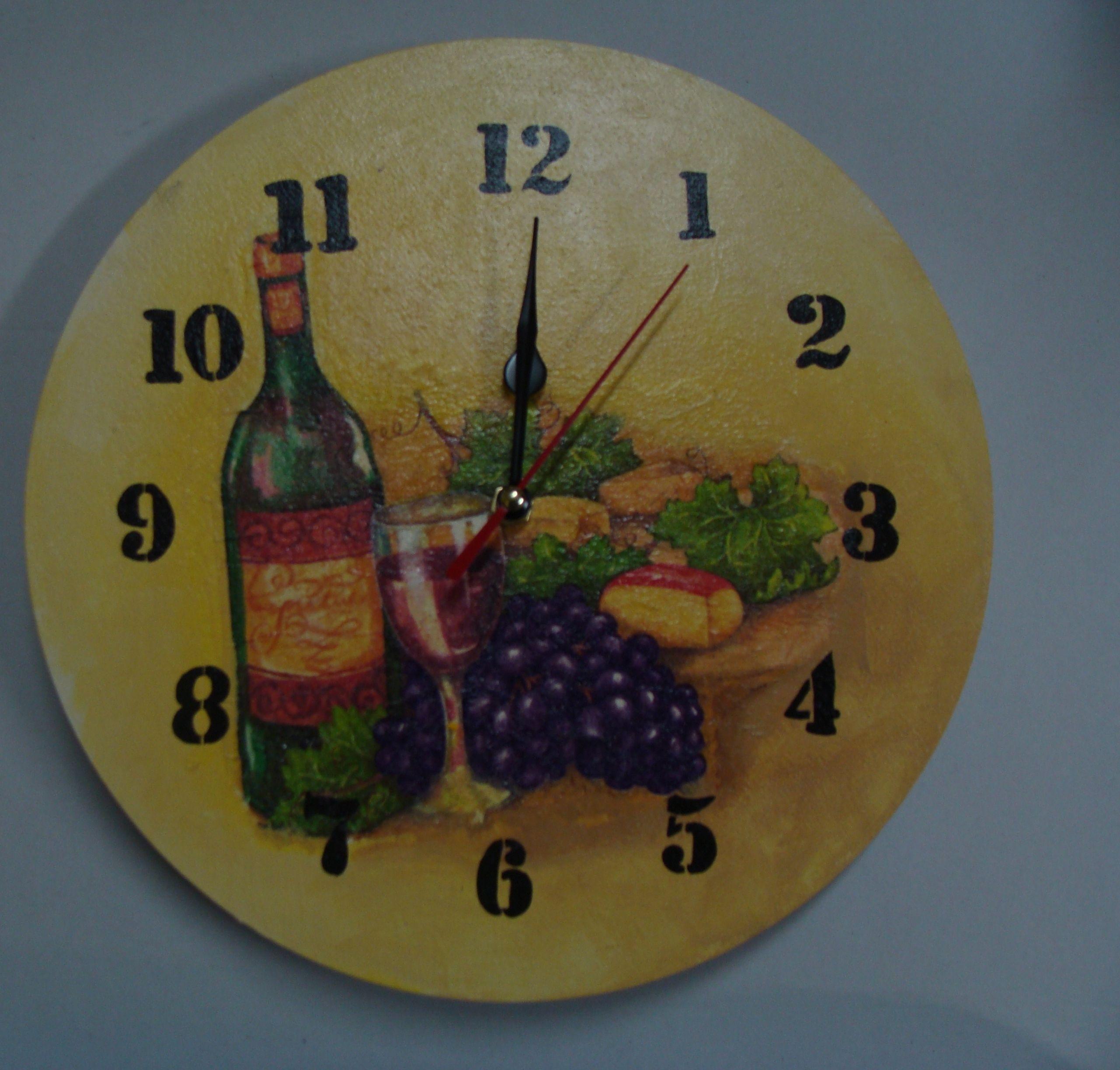 Orologio da parete in legno con una decorazione decoupage for Idee per orologio da parete