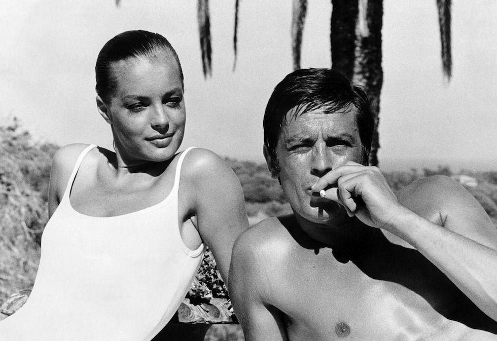 La Piscina, 1968 - L'attore francese Alain Delon e l'attrice austriaca naturalizzata francese Romy Schneider durante le riprese del film La Piscina, diretto da Jacques Deray a Cannes, il sei settembre 1968. (STF/AFP/Getty Images)